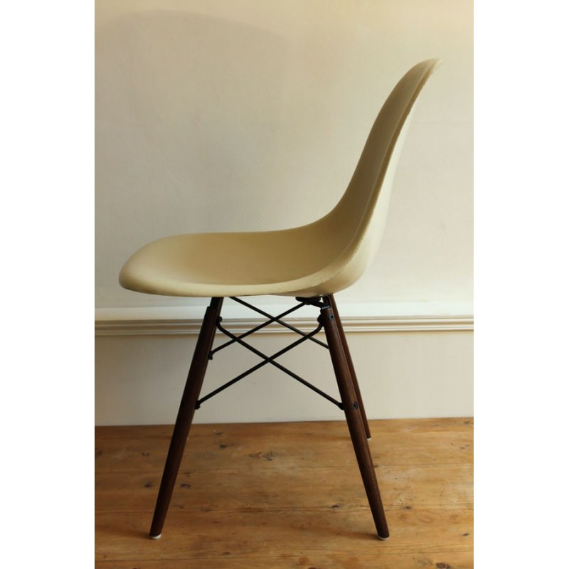 Dsw chaise eames originale et vintage off white herman for Chaise coque eames